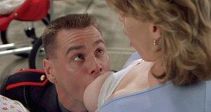 Сцена с грудью – Я, снова я и Ирэн (2000)