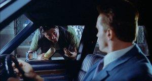 Арнольд Шварцнеггер вырубил хулигана с одного удара – Красная жара (1988)