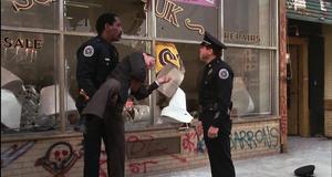 Провальное обезвреживание грабителей магазина – Полицейская академия 2: Их первое задание (1985)