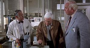 Фрэнк в лаборатории – Голый пистолет 33 1/3: последний выпад (1994)
