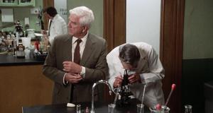 В лаборатории – Голый пистолет (1988)