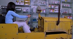 Синди собрала трактор с подручных средств – Очень страшное кино 2 (2001)