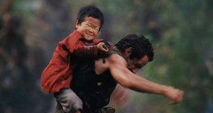 Маленький мальчик вонзает нож в спину – Солдаты неудачи (2008)