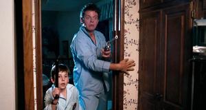 Теклберри вместе с сыном пртив грабителя – Полицейская академия 6: Город в осаде (1989)