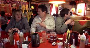 Шутка с красным перцем в кафе – Тупой и еще тупее (1994)