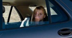 Злая девочка в машине показала фак – Мальчишник в Вегасе (2009)
