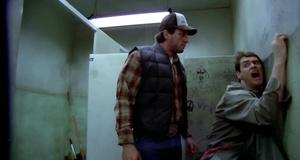 Гейская сцена в туалете – Тупой и еще тупее (1994)