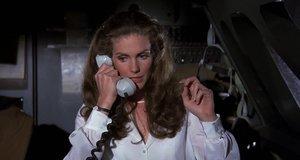 Стюардесса объявляет ситуацию на борту – Аэроплан (1980)