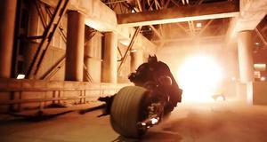 Бэтмен на мотоцикле в погоне за Джокером – Темный рыцарь (2008)