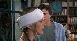 Кровоточащая повязка на голове – Дочь моего босса (2003)
