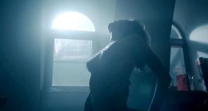 Голая Любовь Аксенова в постельной сцене – Мажор (2014)