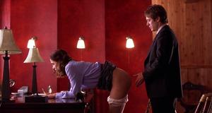 Мэгги Джилленхол в эротической сцене – Секретарша (2001)