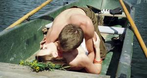 Эротическая сцена с Ингрид Олеринской в лодке – Обнимая небо (2013)