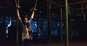 Голая грудь Александры Даддарио в откровенной сцене – Техасская резня бензопилой 3D (2013)