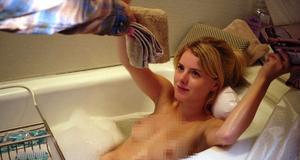 Голая Лаура Уиггинс в откровенной сцене в ванной – Бесстыжие (2011)