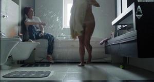 Полностью голая Мария Шумакова в эротической сцене в ванне – Сладкая жизнь (2014)