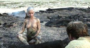 Обнаженная сцена с Эмилией Кларк в пепле – Игра престолов (2011)