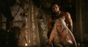 Эмилия Кларк в откровенной сцене – Игра престолов (2011)