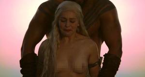 Голая грудь Эмилии Кларк в откровенной сцене – Игра престолов (2011)