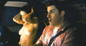 Голая Эли Кобрин показала грудь в машине – Американский пирог: Все в сборе (2012)