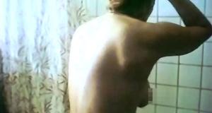 Голая Ирина Алферова принимает душ – Высший класс (1991)