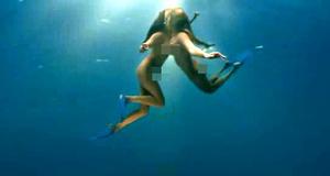 Голые Келли Брук и Райли Стил под водой – Пираньи 3D (2010)
